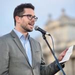 Márton Péter, a Közép-európai Egyetem (CEU) hallgatója beszédet mond az Oktatási szabadságot csoport Szabad ország, szabad CEU, szabad gondolat! címmel meghirdetett demonstrációján a Parlament előtti Kossuth Lajos téren 2017. április 9-én. A jelenlévők a nemzeti felsőoktatásról szóló törvény április 4-i módosítása ellen tiltakoznak, amely szerintük ellehetetleníti a Közép-európai Egyetem (CEU) magyarországi működését. Ezért arra kérik Áder János köztársasági elnököt, hogy ne írja alá az elfogadott törvényt.<br /> MTI Fotó: Marjai János