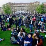 Résztvevők az Oktatási szabadságot csoport Szabad ország, szabad CEU, szabad gondolat! címmel meghirdetett demonstrációján a Parlament előtti Kossuth Lajos téren 2017. április 9-én. A jelenlévők a nemzeti felsőoktatásról szóló törvény április 4-i módosítása ellen tiltakoznak, amely szerintük ellehetetleníti a Közép-európai Egyetem (CEU) magyarországi működését. Ezért arra kérik Áder János köztársasági elnököt, hogy ne írja alá az elfogadott törvényt.<br /> MTI Fotó: Marjai János