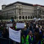 Résztvevők az Oktatási szabadságot csoport Szabad ország, szabad CEU, szabad gondolat! címmel meghirdetett demonstrációján a Parlament előtti Kossuth Lajos téren 2017. április 9-én. A jelenlévők a nemzeti felsőoktatásról szóló törvény április 4-i módosítása ellen tiltakoznak, amely szerintük ellehetetleníti a Közép-európai Egyetem (CEU) magyarországi működését. Ezért arra kérik Áder János köztársasági elnököt, hogy ne írja alá az elfogadott törvényt.<br /> MTI Fotó: Balogh Zoltán