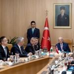 Orbán Viktor miniszterelnök (b4), mellette Varga Mihály nemzetgazdasági miniszter (b), Szijjártó Péter külgazdasági és külügyminiszter (b2), Semjén Zsolt nemzetpolitikáért felelős miniszterelnök-helyettes megbeszélést folytat Ismail Kahraman török házelnökkel (k) Ankarában 2017. június 30-án.<br /> MTI Fotó: Koszticsák Szilárd