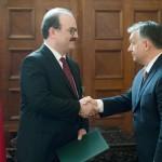 Orbán Viktor miniszterelnök (j) kitünteti Serdar Camot, a Török Együttműködési és Koordinációs Ügynökség (TIKA) elnökét a Magyar Érdemrend középkeresztje kitüntetéssel az ankarai magyar nagykövetségen 2017. június 30-án.<br /> MTI Fotó: Koszticsák Szilárd
