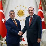 A török elnöki hivatal sajtóirodája által közreadott képen Recep Tayyip Erdogan török államfő (j) és Orbán Viktor miniszterelnök kezet fog Ankarában 2017. június 30-án. (MTI/EPA/A török elnöki hivatal sajtóirodája)