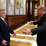 A török elnöki hivatal sajtóirodája által közreadott képen Recep Tayyip Erdogan török államfő (j) üdvözli Orbán Viktor miniszterelnököt Ankarában 2017. június 30-án. (MTI/EPA/A török elnöki hivatal sajtóirodája)