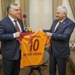 A török elnöki hivatal sajtóirodája által közreadott képen Binali Yildirim török kormányfő (j) átadja a  Galatasaray török labdarúgócsapat ajándékát, egy 10-es számú, Orbán Viktor feliratú mezt Orbán Viktor miniszterelnöknek Ankarában 2017. június 30-án. (MTI/EPA/A török elnöki hivatal sajtóirodája)