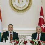 A török elnöki hivatal sajtóirodája által közreadott kép Binali Yildirim török kormányfőről (j) és Orbán Viktor miniszterelnökről Ankarában 2017. június 30-án. (MTI/EPA/A török elnöki hivatal sajtóirodája)