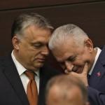 Orbán Viktor miniszterelnök (b) és Binali Yildirim török kormányfő a magyar-török kormányzati konzultációt követő sajtótájékoztatójukon Ankarában 2017. június 30-án. (MTI/AP/Burhan Özbilici)