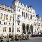 Orbán Viktor miniszterelnök katonai tiszteletadással fogadja Benjámin Netanjahu izraeli kormányfőt (középen, b-j) Budapesten, a Parlament előtti Kossuth téren 2017. július 18-án.<br /> MTI Fotó: Mohai Balázs