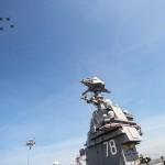 Az amerikai haditengerészet által közzétett képen vadászrepülők átszállást hajtanak végre a világ legkorszerűbb repülőgép-hordozójának számító Gerald R. Ford nevű hajó felett, amelyet Donald Trump amerikai elnök állított szolgálatba a virginiai Norfolk haditengerészeti kikötőjében 2017. július 22-én. Az Egyesült Államok 38. elnökéről elnevezett új tervezésű, 335 méter hosszú nukleáris meghajtású hajó a repülőgépek fedélzeti indítására szolgáló legkorszerűbb elektromágneses katapultrendszerrel van felszerelve, és egyéb elektronikai felszereltségében is túlszárnyalja elődjeit. Első küldetése legkorábban 2020-ban esedékes. (MTI/EPA/Julio Martinez Martinez/Amerikai haditengerészet)