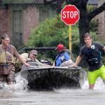 Houston, 2017. augusztus 29.<br /> Önkéntes tűzoltók csónakkal közlekednek a texasi Houston Klein nevű elővárosában 2017. augusztus 28-án, három nappal azután, hogy a heves esőzéssel kísért Harvey hurrikán végigsöpört a texasi partvidéken. A trópusi viharrá szelídült hurrikán pusztításai nyomán Texas állam 62 megyéje vált katasztrófa sújtotta területté. (MTI/EPA/Michael Wyke)