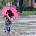 Houston, 2017. augusztus 29.<br /> Árvízben gázoló nő a texasi Houston Klein nevű elővárosában 2017. augusztus 28-án, három nappal azután, hogy a heves esőzéssel kísért Harvey hurrikán végigsöpört a texasi partvidéken. A trópusi viharrá szelídült hurrikán pusztításai nyomán Texas állam 62 megyéje vált katasztrófa sújtotta területté. (MTI/EPA/Michael Wyke)