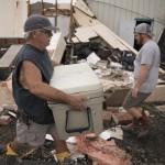 Rockport, 2017. augusztus 29.<br /> Egy férfi fiával takarítja a romokat a texasi Rockportban található üzletük előtt 2017. augusztus 28-án, három nappal azután, hogy a heves esőzéssel kísért Harvey hurrikán végigsöpört a texasi partvidéken. A trópusi viharrá szelídült hurrikán pusztításai nyomán Texas állam 62 megyéje vált katasztrófa sújtotta területté. (MTI/EPA/Darren Abate)