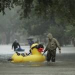 Houston, 2017. augusztus 28.<br /> Helybeliek közlekednek a vízben a texasi Houston elöntött külvárosában 2017. augusztus 28-án, miután a heves esőzéssel kísért Harvey hurrikán végigsöpört a texasi partvidéken. A trópusi viharrá szelídült hurrikán pusztításai nyomán Texas állam 62 megyéje vált katasztrófa sújtotta területté. (MTI/AP/Charlie Riedel)