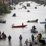 Houston, 2017. augusztus 29.<br /> Mentőcsónakok az árvízzel elöntött Tidwell Roadon a texasi Houstonban 2017. augusztus 28-án, három nappal azután, hogy a heves esőzéssel kísért Harvey hurrikán végigsöpört a texasi partvidéken. A trópusi viharrá szelídült hurrikán pusztításai nyomán Texas állam 62 megyéje vált katasztrófa sújtotta területté. (MTI/AP/David J. Phillip)