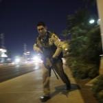 Rendőr a Las Vegas-i Mandalay Bay luxusszálloda és kaszinó környékén történt lövöldözés helyszínén (MTI/AP/John Locher)
