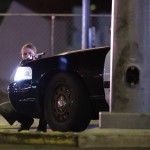 Fedezék mögé bújt rendőr a Las Vegas-i Mandalay Bay luxusszálloda és kaszinó környékén történt lövöldözés helyszínén (MTI/AP/John Locher)