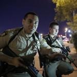 Rendőrök a Las Vegas-i Mandalay Bay luxusszálloda és kaszinó környékén történt lövöldözés helyszínén (MTI/AP/John Locher)