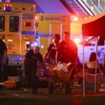 Talicskán tolnak egy sebesültet a Las Vegasban történt lövöldözés helyszínén (MTI/AP/Las Vegas Review-Journal/Chase Stevens)