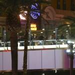 Emberek menekülnek a Las Vegasban történt lövöldözés helyszínéről<br />  (MTI/AP/Las Vegas Review-Journal/Chase Stevens)