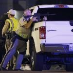 Rendőrök a Las Vegasban történt lövöldözés helyszínén 2017. október 1-jén.  (MTI/AP/John Locher)