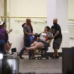 Sebesült nőt szállítanak a Las Vegasban történt lövöldözés helyszínéről 2017. október 1-jén. Legkevesebb 20 halálos áldozata és több mint száz sebesültje van a városban elkövetett fegyveres támadásnak. A támadót a rendőrök lelőtték (MTI/AP/Las Vegas Review-Journal/Chase Stevens)