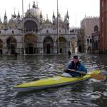 Kajakkal közlekedik egy férfi a velencei Szent Márk teret elöntő árvízben 2005-ben (MTI/EPA/Andrea Merola)