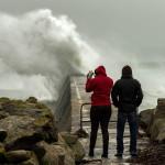 Óriási hullámok az északnyugat-franciaországi Esquibien tengerpartján 2013 decemberében. Hurrikánerejű szél söpört végig Franciaország nyugati partvidékén (MTI/EPA/Ian Langsdon)