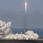 Fellövik a SpaceX amerikai űrkutatási magánvállalat Falcon Heavy nevű új óriás rakétáját a floridai Cape Canaveralban működő Kennedy Űrközpontban 2018. február 6-án. A közel 70 méter magas, jelenlegi legerősebb űreszköz három gyorsító rakéta összesen 27 hajtóművének segítségével emelkedett a magasba, fedélzetén egy Tesla típusú gépkocsival, amely kísérleti repüléséhez sikeresen Nap körüli pályára állt. (MTI/AP/John Raoux)