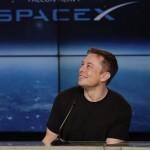 Elon Musk, a SpaceX amerikai űrkutatási magánvállalat és az elektromos autókat gyártó Tesla Motors vezérigazgatója és főtervezője sajtótájékoztatót tart, miután a vállalat fellőtte Falcon Heavy nevű új óriás rakétáját egy Tesla típusú gépkocsival a fedélzeten a floridai Cape Canaveralban működő Kennedy Űrközpontban 2018. február 6-án. A közel 70 méter magas, jelenlegi legerősebb űreszköz három gyorsító rakéta összesen 27 hajtóművének segítségével emelkedett a magasba, a kísérleti repülésre szánt Tesla sikeresen Nap körüli pályára állt. (MTI/AP/John Raoux)