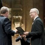 Fábry Sándor író, humorista, műsorvezető (b) átveszi a Magyarország Kiváló Művésze díjat (MTI-fotó: Koszticsák Szilárd)