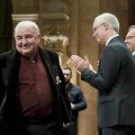 Mikó István színművész, rendező átveszi a Magyarország Érdemes Művésze díjat (MTI-fotó: Koszticsák Szilárd)