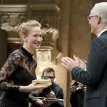 Tenki Réka színésznő átveszi a Jászai Mari-díjat (MTI-fotó: Koszticsák Szilárd)