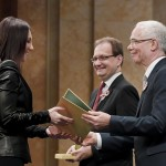 Rúzsa Magdolna énekesnő átveszi a Máté Péter-díjat Balog Zoltántól, az emberi erőforrások miniszterétől (j) és Hoppál Péter kultúráért felelős államtitkártól (MTI-fotó: Koszticsák Szilárd)
