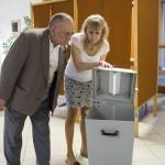 Az első szavazó, Orosz Zoltán hitelesít egy urnát Nyíregyházán, a Debreceni Egyetem Egészségügyi Karán kialakított szavazókörben az országgyűlési képviselő-választáson 2018. április 8-án.<br /> MTI Fotó: Balázs Attila