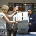 Az első szavazó, Orosz Zoltán (b) hitelesít egy mozgóurnát Nyíregyházán, a Debreceni Egyetem Egészségügyi Karán kialakított szavazókörben az országgyűlési képviselő-választáson 2018. április 8-án.<br /> MTI Fotó: Balázs Attila