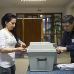 A szavazatszámláló bizottság tagja lezárnak egy mozgóurnát Nyíregyházán, a Debreceni Egyetem Egészségügyi Karán kialakított szavazókörben az országgyűlési képviselő-választáson 2018. április 8-án.<br /> MTI Fotó: Balázs Attila
