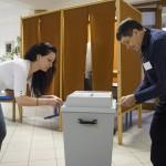 A szavazatszámláló bizottság tagja lezárnak egy urnát Nyíregyházán, a Debreceni Egyetem Egészségügyi Karán kialakított szavazókörben az országgyűlési képviselő-választáson 2018. április 8-án.<br /> MTI Fotó: Balázs Attila
