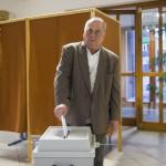 Az első szavazó, Orosz Zoltán leadja szavazatát Nyíregyházán, a Debreceni Egyetem Egészségügyi Karán kialakított szavazókörben az országgyűlési képviselő-választáson 2018. április 8-án.<br /> MTI Fotó: Balázs Attila
