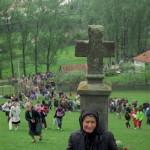 Csíksomlyó, 1994. május 21.<br /> Egy hívő asszony imádkozik a csíksomlyói kálvária egyik stációjánál a pünkösdi nagy zarándoklaton (MTI-fotó: Szakács-Vass Sándor)