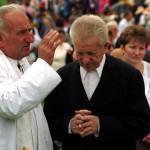 Csíksomlyó, 1999. május 23.<br /> Gyóntató pap föloldoz egy idős embert a csíksomlyói hegynyeregben tartott katolikus főpapi szentmisén a  pünkösdi nagy zarándoklat alkalmából (MTI-fotó: T. Asztalos Zoltán)