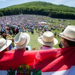 Csíksomlyó, 2017. június 3.<br /> Zarándokok a csíksomlyói búcsún tartott szentmisén a Kis- és Nagysomlyó-hegy közötti nyeregben (MTI-fotó: Balogh Zoltán)