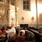 Csíksomlyó, 2011. június 12.<br /> Hívők imádkoznak és alszanak az éjszakai virrasztás alkalmával a Csíksomlyói Kegytemplomban (MTI-fotó: Kollányi Péter)
