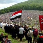 Csíksomlyó, 2004. május 29.<br /> Több ezer zarándok népesíti be a székelyek szent hegyét a Kis-Somlyó oldalát, ahol az Árpád-kort idéző Salvator kápolna, és a Makovecz Imre terve alapján készült hármashalom oltárnál tartják a hagyományos pünkösdi búcsút, a székelység legnagyobb ünnepét. Az ünnepség a katolikus hithűség és a székely helytállás kinyilvánítása mellett ökumenikus jelleget is ölt, és egyre inkább a magyarság világtalálkozójává is válik (MT-fotó: Koszticsák Szilárd)