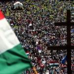 Csíksomlyó, 2005. május 14.<br /> Több ezer zarándok népesíti be a székelyek szent hegyét a Kis-Somlyó oldalát, ahol az Árpád-kort idéző Salvator-kápolna és a Makovecz Imre terve alapján készült hármashalom oltárnál tartják a  hagyományos pünkösdi búcsút, a székelység legnagyobb ünnepét. Az ünnepség a katolikus hithűség és a székely helytállás kinyilvánítása és egyre inkább a magyarság világtalálkozója is (MTI-fotó: Koszticsák Szilárd)