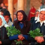 Csíksomlyó, 2001. június 8.<br /> Pünkösdvasárnap hajnalban a moldvai csángók a napkeltére várnak (MTI-fotó: T. Asztalos Zoltán)