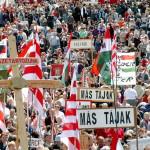 Csíksomlyó, 2008. május 10.<br /> Zarándokok érkeznek a székelyföldi Csíksomlyóra, a 442. hagyományos pünkösdi búcsúra, amelyet keresztalják sokasága népesít be. Erdélyből és a világ számos más tájáról több százezer magyar gyűlt össze (MTI-fotó: Oláh Tibor)