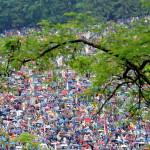 """Csíksomlyó, 2009. május 30.<br /> Több ezren vesznek részt a hagyományos székelyföldi 443. pünkösdi búcsún pünkösd szombatján, a Csíkszereda mellett magasló két Somló-hegy közötti """"nyergen"""", ahol  Közép-Európa legnagyobb, vallási rendezvényét tartják<br /> (MTI-fotó: Oláh Tibor)"""