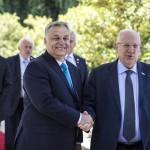 A Miniszterelnöki Sajtóiroda által közreadott képen Reuven Rivlin izraeli elnök (j) fogadja Orbán Viktor miniszterelnököt Jeruzsálemben 2018. július 19-én (Fotó: MTI/Miniszterelnöki Sajtóiroda/ Szecsődi Balázs)