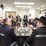A Miniszterelnöki Sajtóiroda által közreadott képen David Lau, Izrael askenázi főrabbija (j) és Orbán Viktor miniszterelnök (b) megbeszélést folytat Jeruzsálemben 2018. július 19-én (Fotó: MTI/Miniszterelnöki Sajtóiroda/ Szecsődi Balázs)