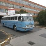 Az Ikarus 55-ös a gyár előtt (Fotó: hirado.hu/Szilágyi Levente)