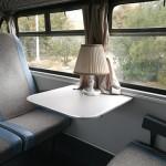 Herendi porcelán replika a busz utasterében. A patinás gyár eredeti formájában gyártotta le az egykori szériatartozék asztali lámpákat (Fotó: hirado.hu/Szilágyi Levente)